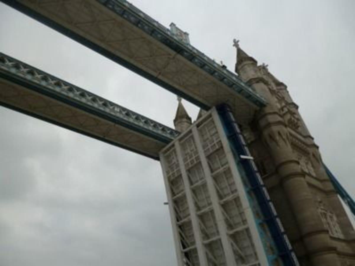 タワーブリッジを揚げさせることもタワーブリッジの下を通過することもなかなかできない体験だと思い感激でした。 | ティルベリー(ロンドン)