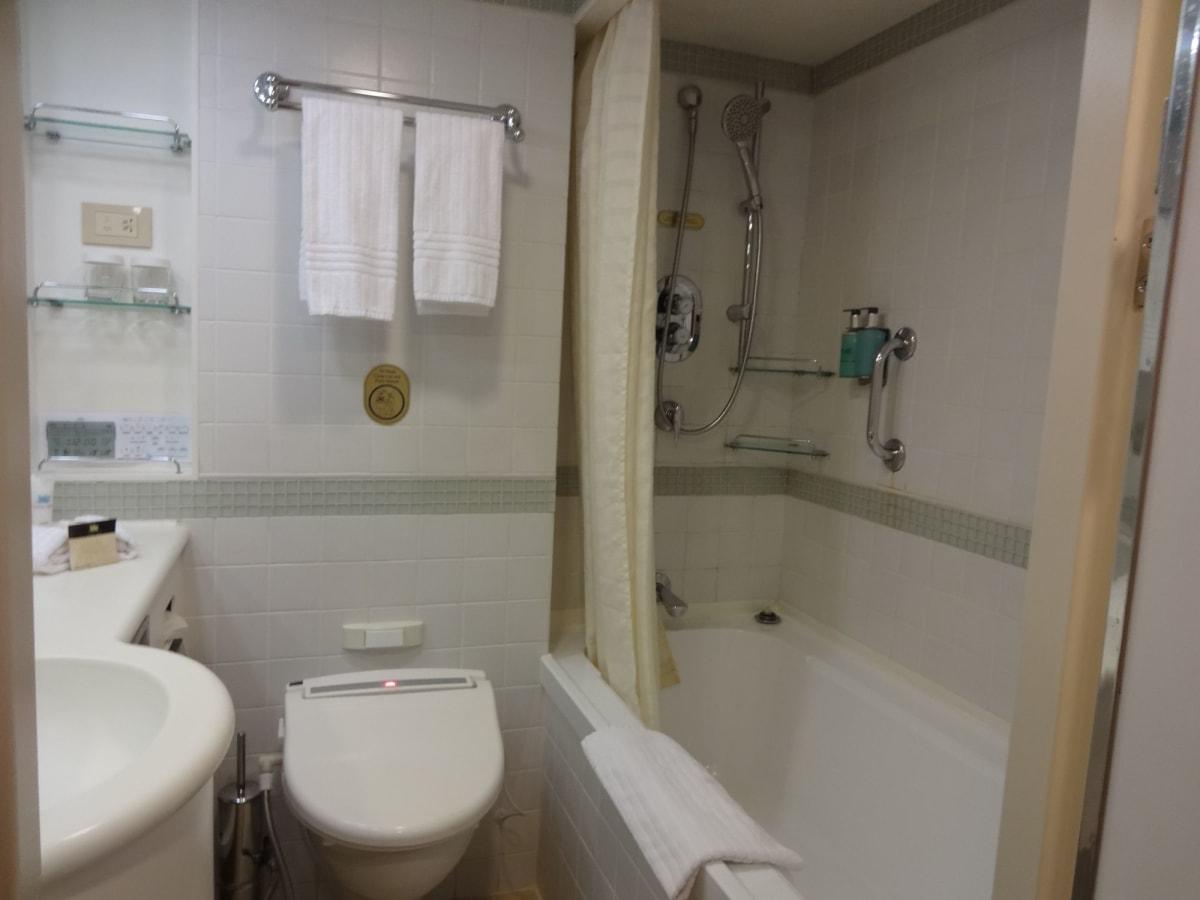 バスルーム  一日に2回清掃が入ります。ここでお洗濯した後はタオルに挟んでぱんぱん!! 頻繁にタオルも交換してくれるのがありがたかったです。 | 客船ダイヤモンド・プリンセスの客室