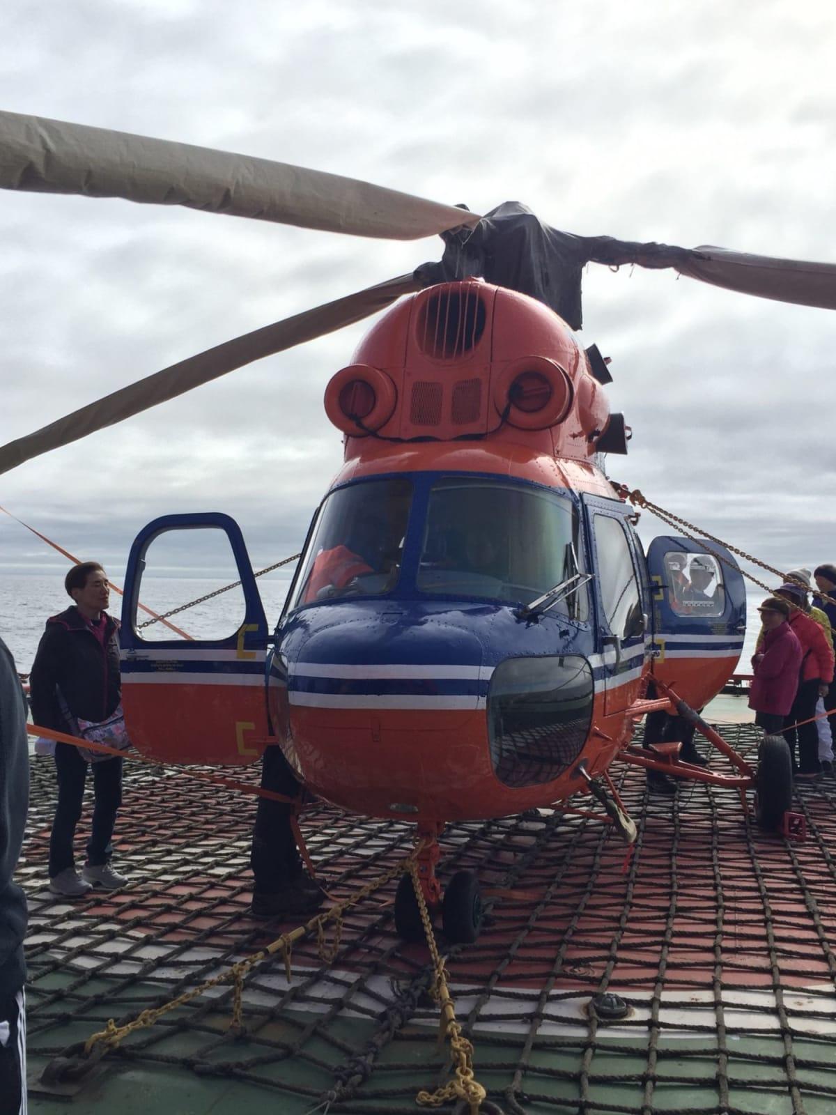 乗客全員、船に備えてあるヘリでの観光付き。天気が良ければ、氷を破りながら進む船をヘリから見る事が出来ます。 | 客船50イヤーズ・オブ・ヴィクトリーの外観、アクティビティ