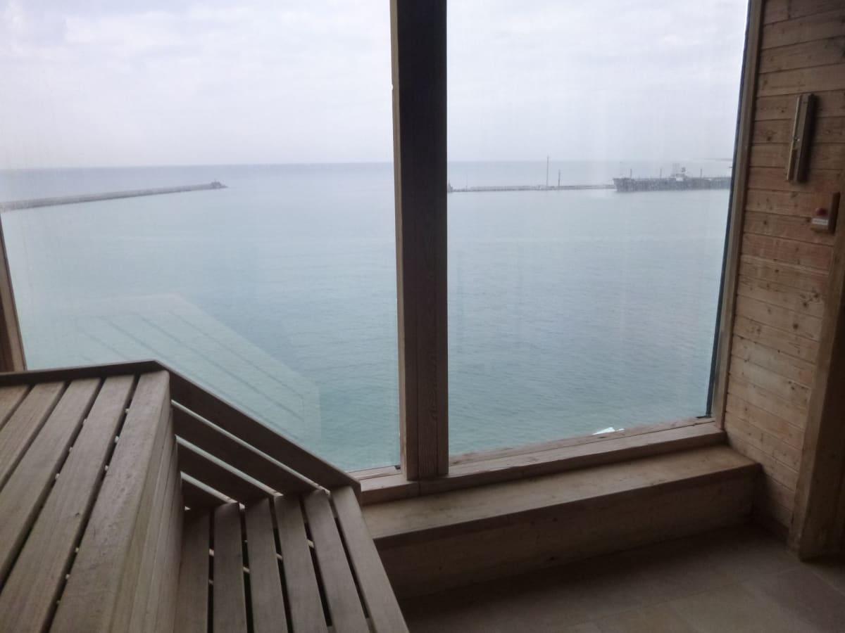サウナから港を | 客船クイーン・ヴィクトリアの船内施設