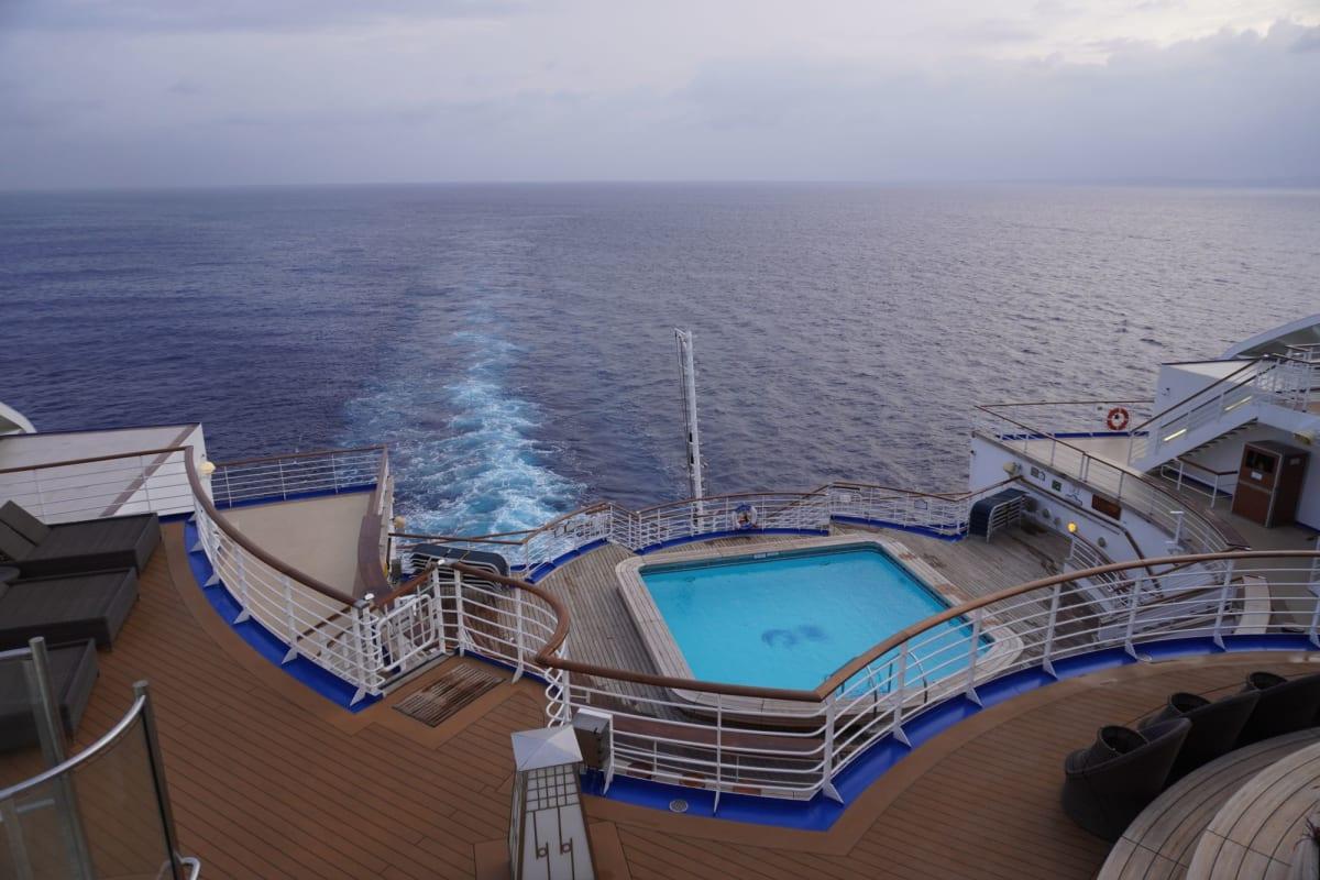 ダイヤモンドプリンセスは船尾が美しい。船尾にデッキがあって、航跡をぼーっと眺められる船が好きです。   客船ダイヤモンド・プリンセスの船内施設