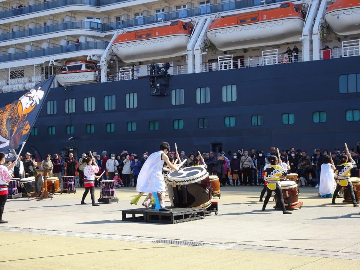 鹿児島港の見送り風景 | 鹿児島での客船クイーン・エリザベス