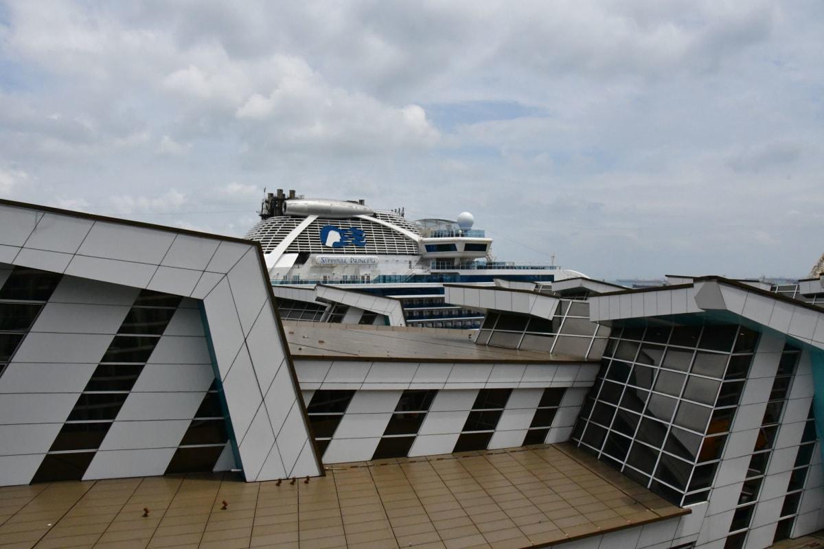 クルーズターミナルにはダイヤモンドプリンセスの姉妹船、サファイヤプリンセスが停泊しています。 この時にはダイヤモンドプリンセスのコロナウイルス騒ぎが大きくなる前でした。 | 客船クァンタム・オブ・ザ・シーズの外観