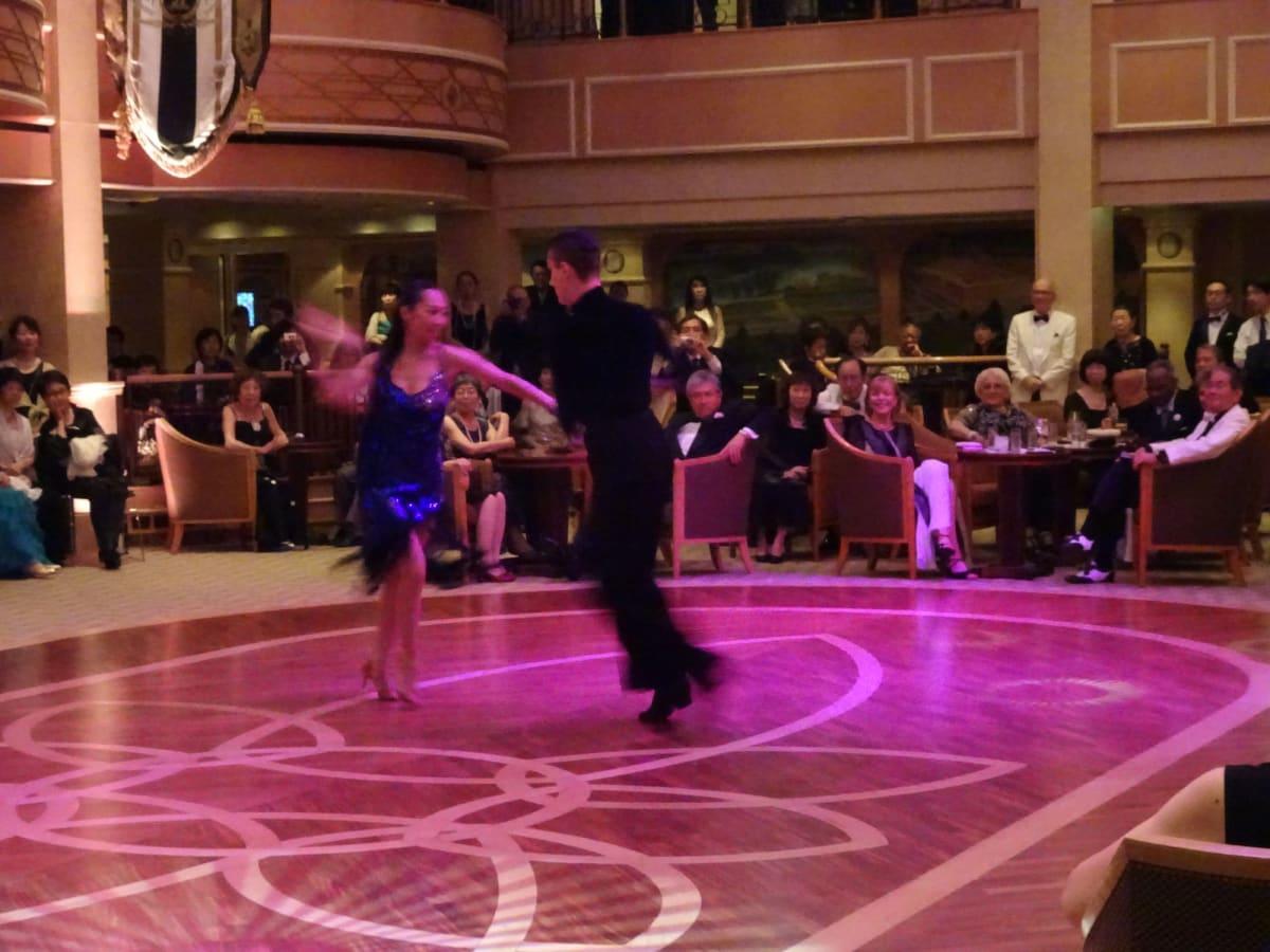 専属ダンサーによるデモンストレーション。このペアが我々4名の仲間のレッスンを引き受けてくれた。 | 客船クイーン・エリザベスの乗客、クルー、アクティビティ