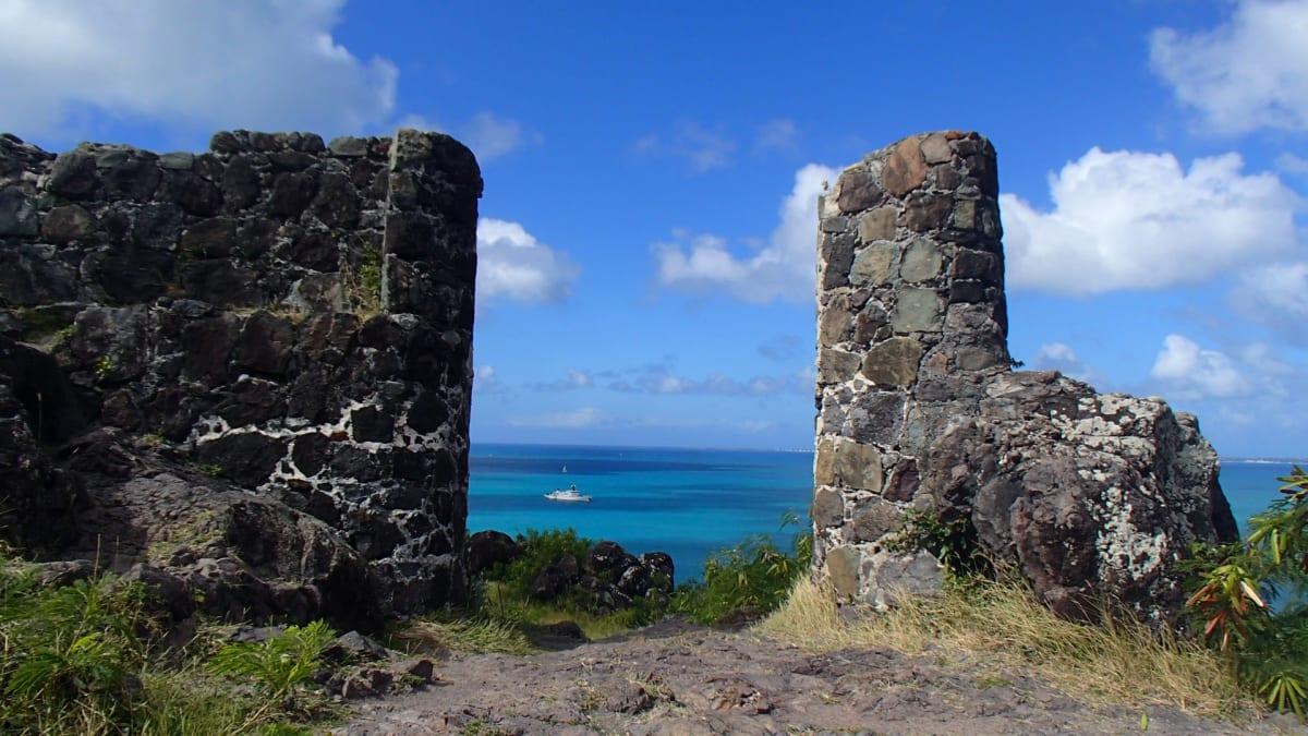 船はオランダ側のシントマールテンに停泊するが、ショアエクスカージョンでフランス側のサン・マルタン島の首都マリゴーまで足を伸ばした。到着するや否や、まったくの自由行動。昼食を取ったり、お茶にしたり、散歩したり。写真はルイス砦の跡。 | フィリップスブルフ(セント・マーチン島)