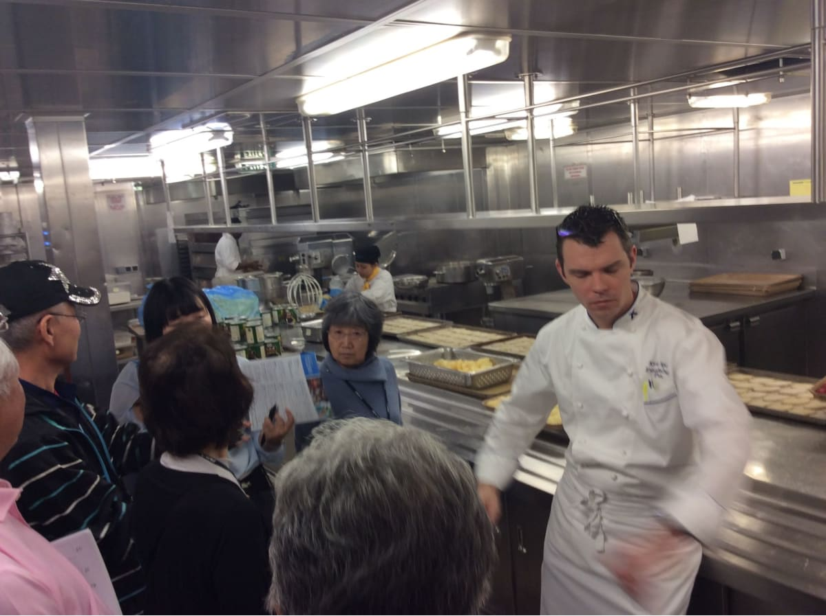 厨房見学ツアー(希望者先着順・無料)。質の高い料理を送り出す段取りや手際のよさがよく分かる、興味ある企画でした。   客船セレブリティ・ミレニアムのクルー、フード&ドリンク、アクティビティ