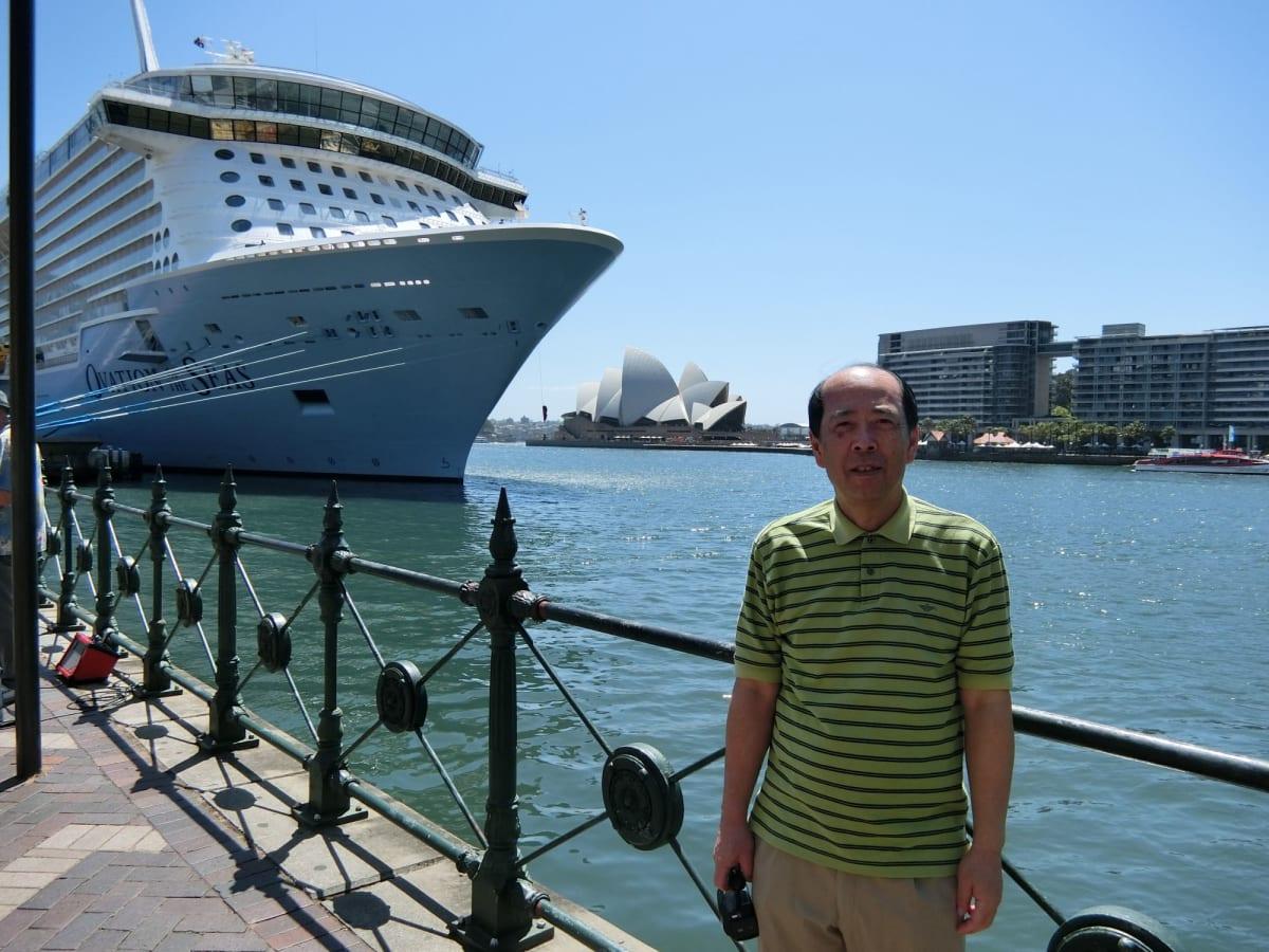 これから出発。Ovationの前で   シドニーでの客船オベーション・オブ・ザ・シーズ