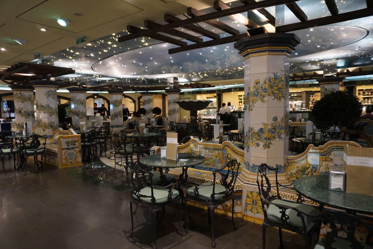 イタリアらしいレモンのタイルを多用したカフェ。 コーヒーはセガフレードで美味。   客船MSCスプレンディダのフード&ドリンク、船内施設