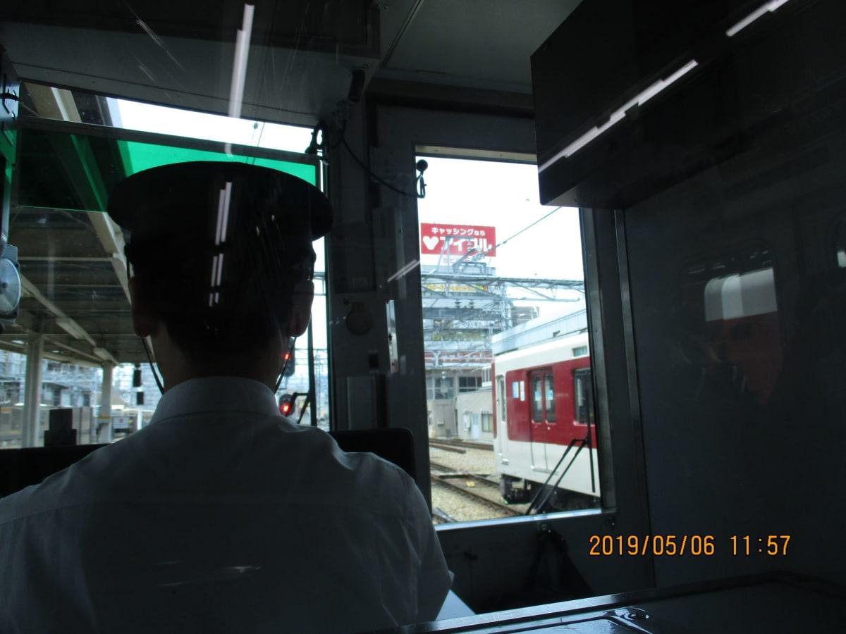 阪神電車で、大阪難波駅より 神戸三宮駅に向かう。車内には、台湾、韓国、香港など、神戸港より 豪華客船 daiamond Prinnsesu 号に、乗る予定の外人が、トランクを携行し、沢山乗り合わした | 神戸