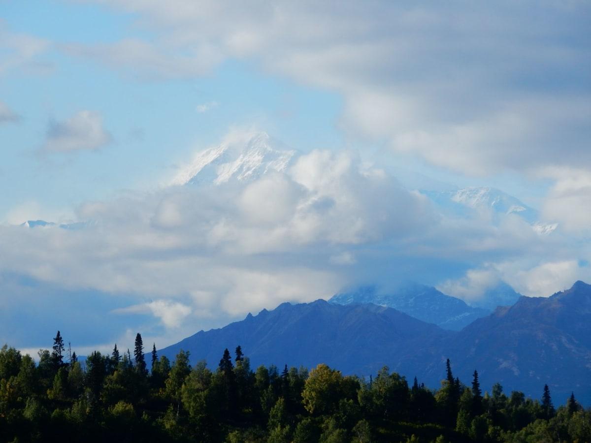 雲間にのぞくマッキンリー山 | マウント マッキンレー プリンセス ウィルダネス ロッジ