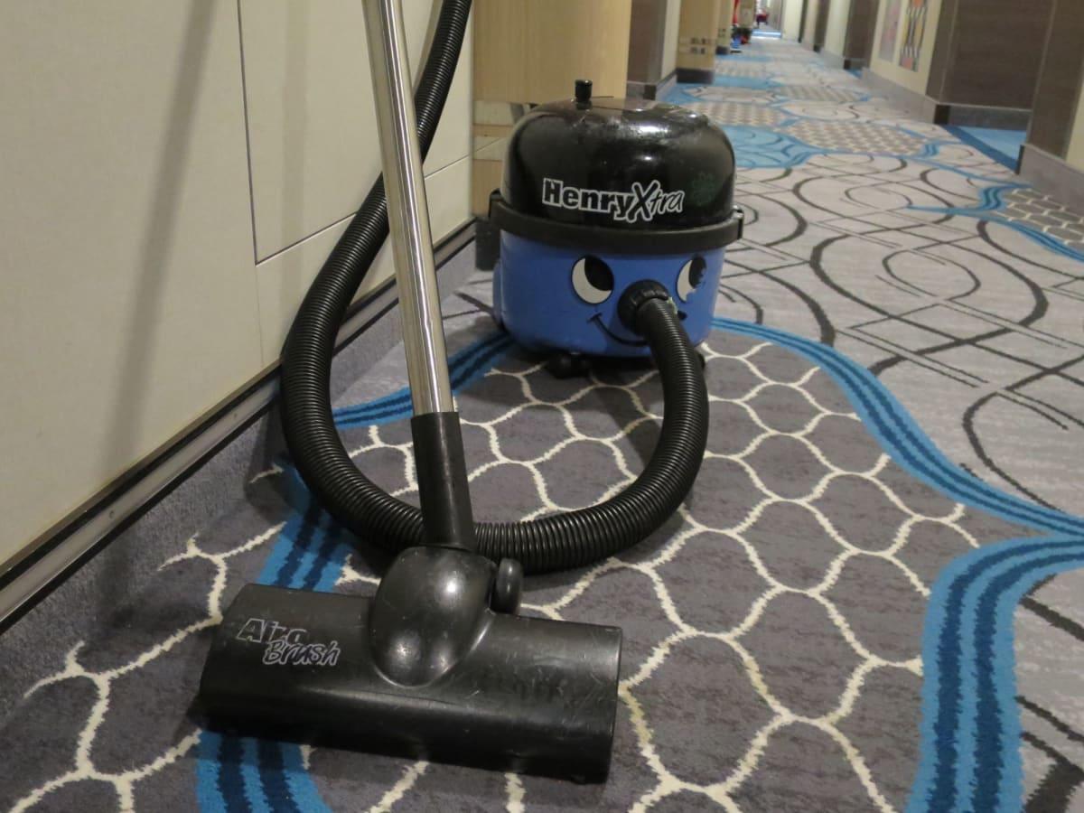 Stateroom Attendantさんが使う掃除機がかわいい♪   客船ハーモニー・オブ・ザ・シーズの船内施設