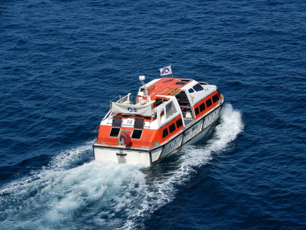 石垣島へはテンダーボートで。 思ったより揺れましたが、無事上陸。