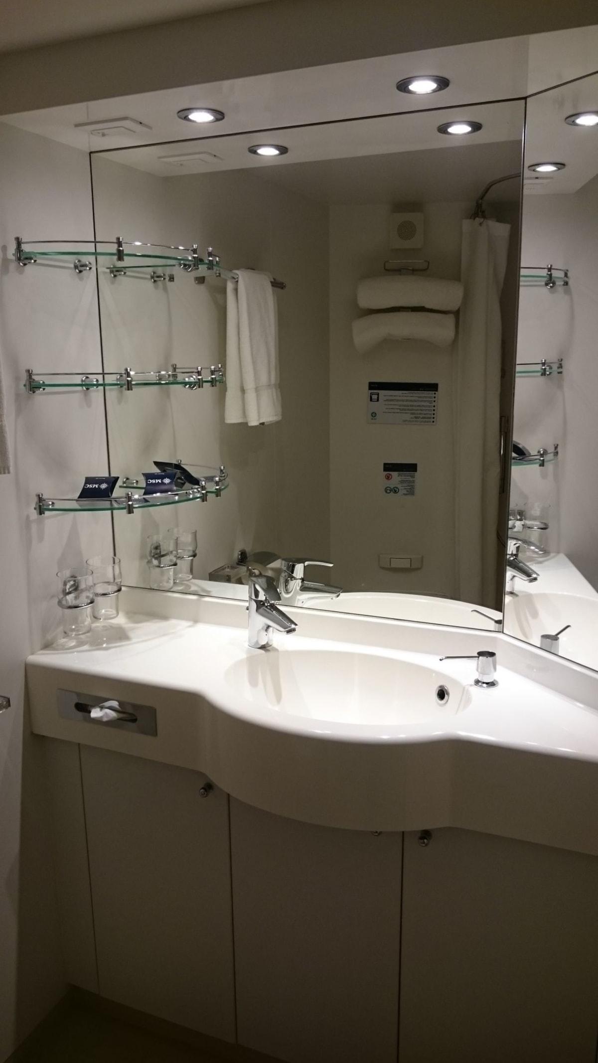 バスルーム。 シンクも深いのでお部屋でのお洗濯も楽チン。 | 客船MSCスプレンディダの客室