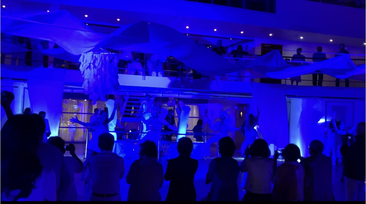 ホワイトナイト 11Fデッキで盛り上がります♬ | 客船コスタ・ネオロマンチカの乗客、船内施設