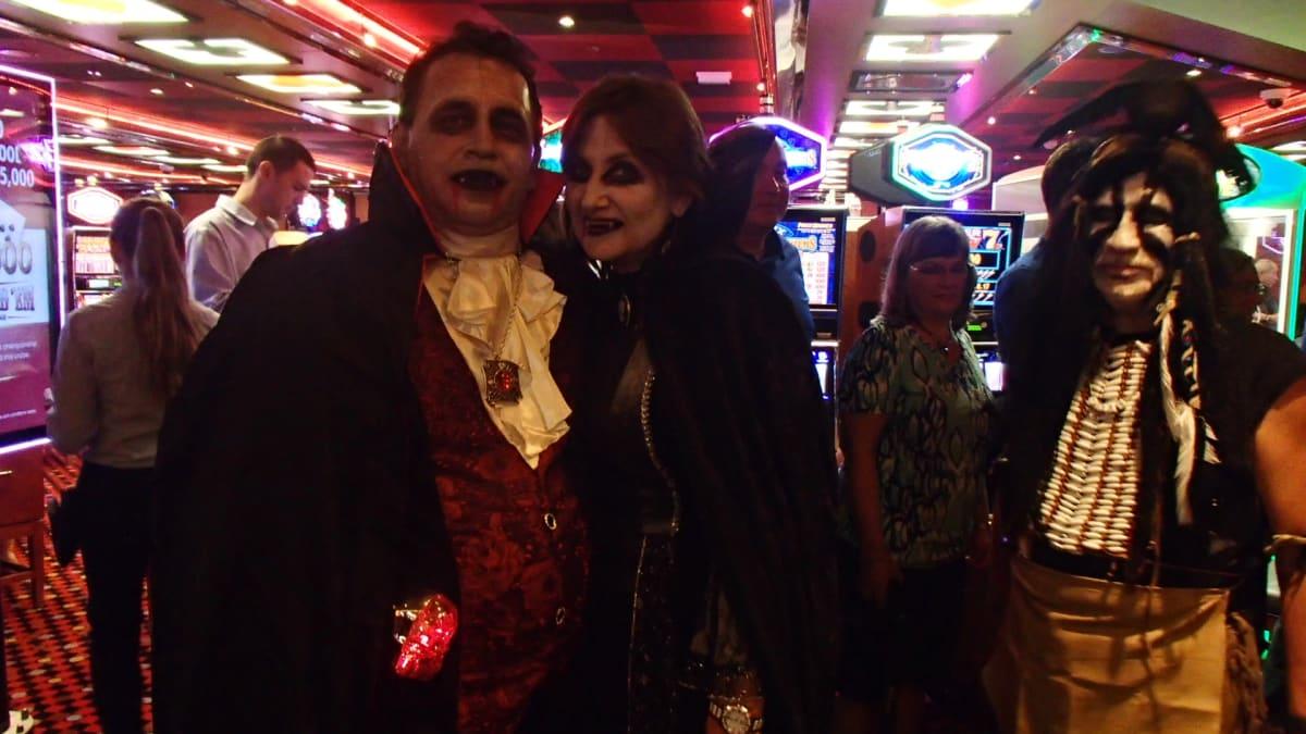ちょうどハロウィーンの日で、夜になると多数の人がコスチュームを身に着けて出歩きます。夜も更けると、パーティが開かれ、人気の仮装を選ぶコンテストもあります。   客船カーニバル・ブリーズの乗客、アクティビティ、船内施設