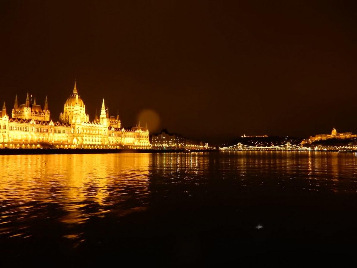 ブタペスト#国会議事堂、くさり橋と王宮(レンズに雨粒がひとつ…) | ブダペスト