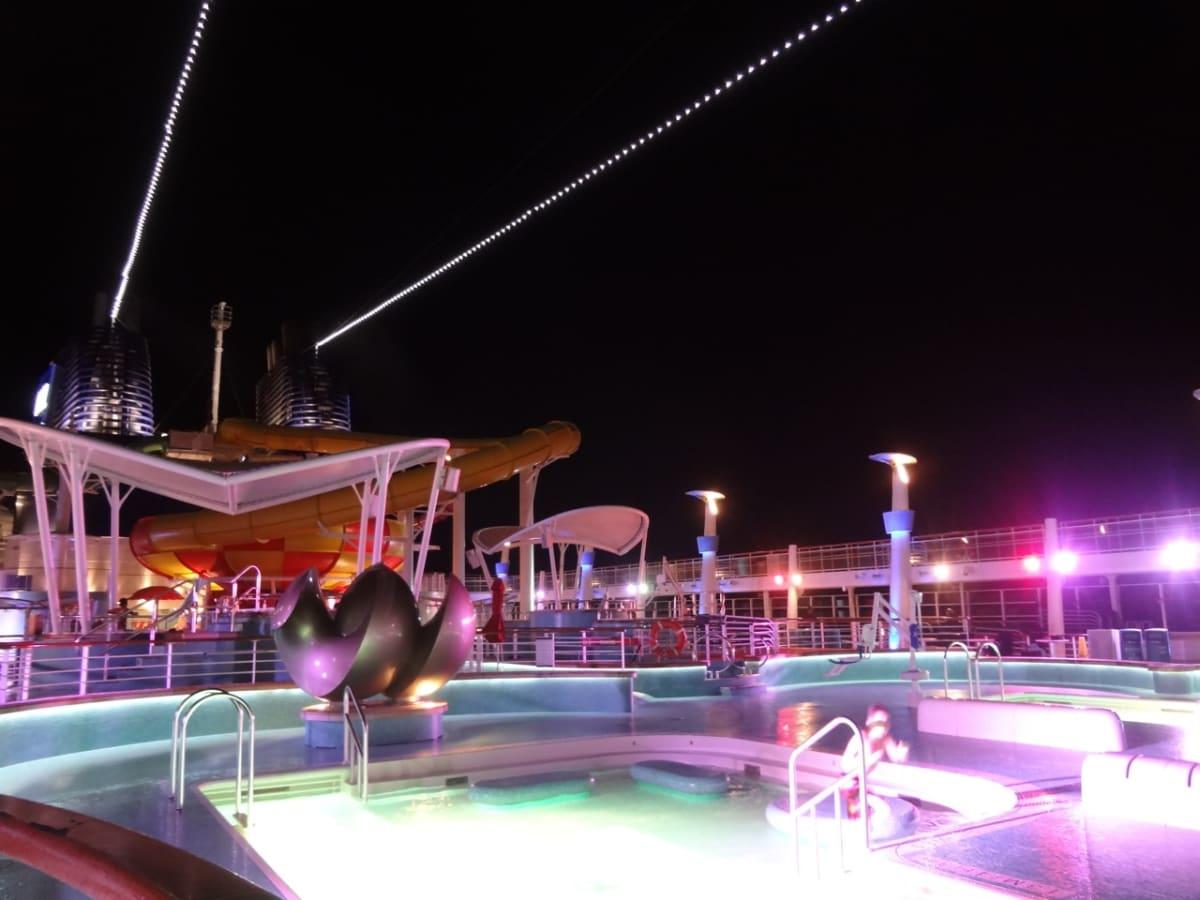 夜のプール | 客船ノルウェージャン・エピックのアクティビティ、船内施設