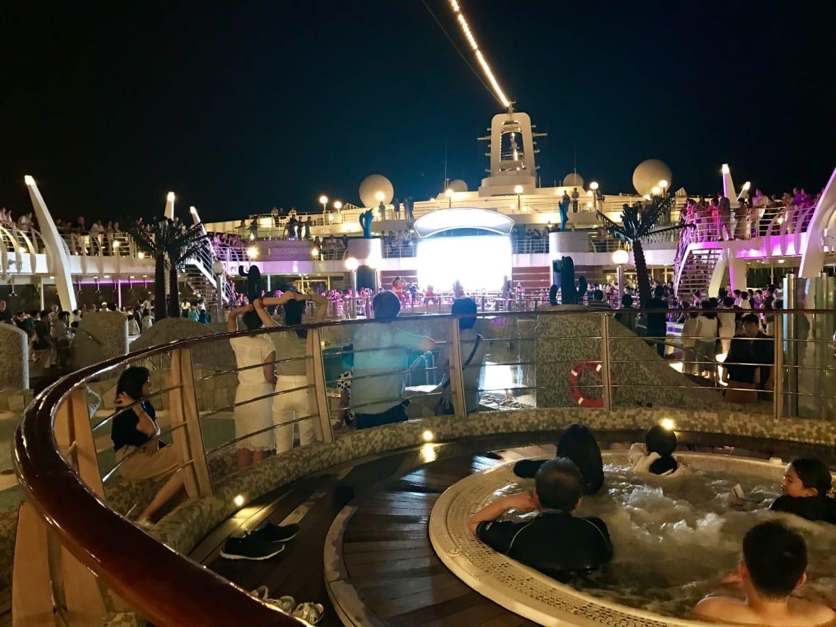 夜の屋上   客船MSCスプレンディダの船内施設