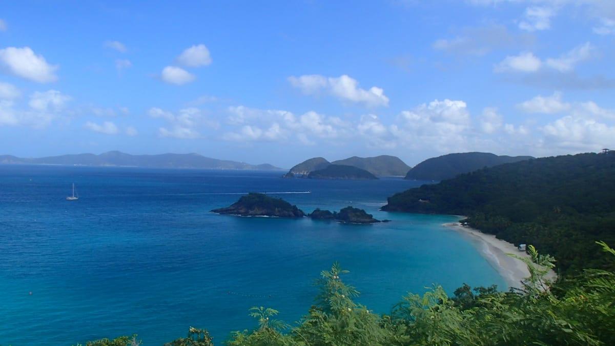 ヴァージン諸島の一部で、セントジョン島にあるトランク・ベイを眺望。カリブ海のビーチの中でも最も美しいと言われ、この地点から眺めるのが最高とガイドさんが説明してくれた。 | シャーロット・アマリー(セント・トーマス島)