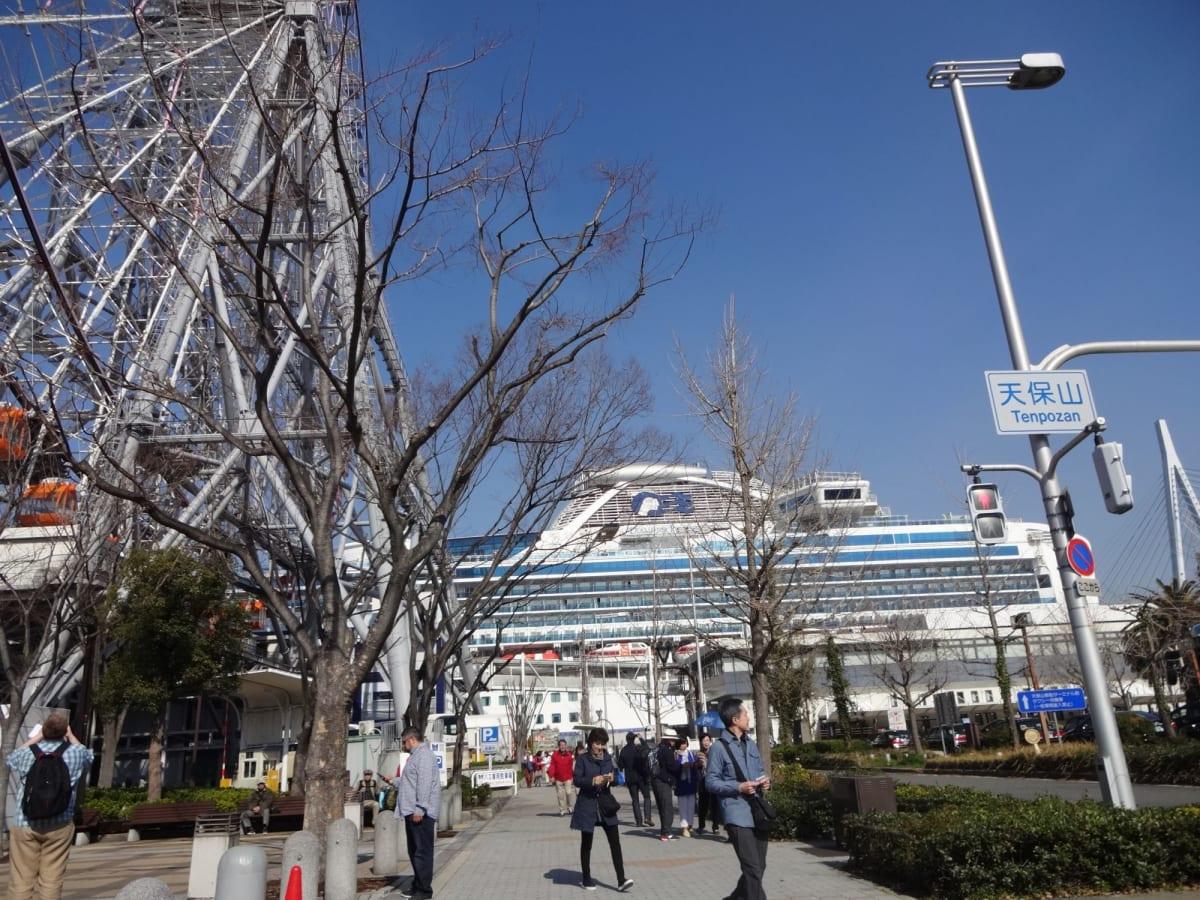 地下鉄大阪港駅からまっすぐの道! 真っ正面にダイヤモンドプリンセスが見えます。   大阪での客船ダイヤモンド・プリンセス