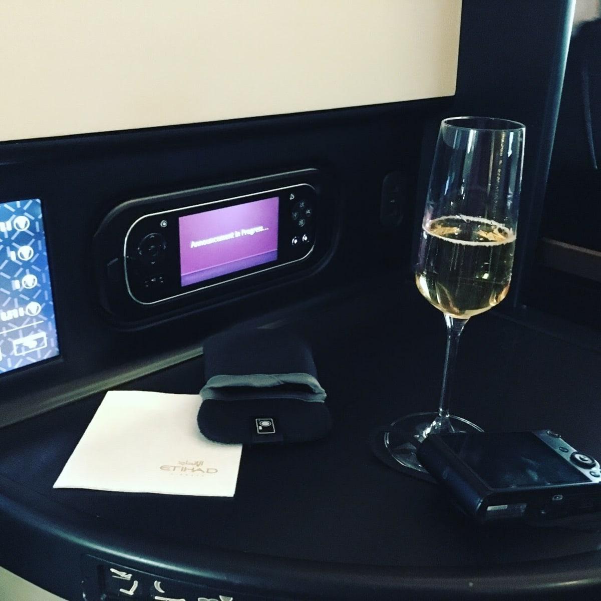 成田発 エティハド航空 最新のB787にてAbu Dhabi経由 でアテネへ。 Cクラスへアップグレード。