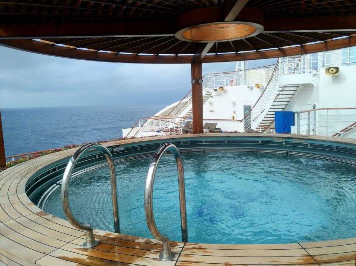 泉の湯の料金に含まれる屋外のプール兼ジャグジー。深さは1.3mあり、結構広かったです。誰も他にお客がいなかったので、ここにプカプカ浮いてました。 | 客船ダイヤモンド・プリンセスの船内施設