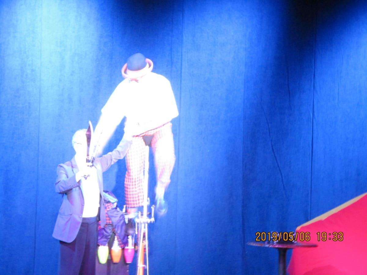 劇場では、ジャグリングや一輪車のりの曲芸が、上演された | 客船ダイヤモンド・プリンセスのアクティビティ、船内施設