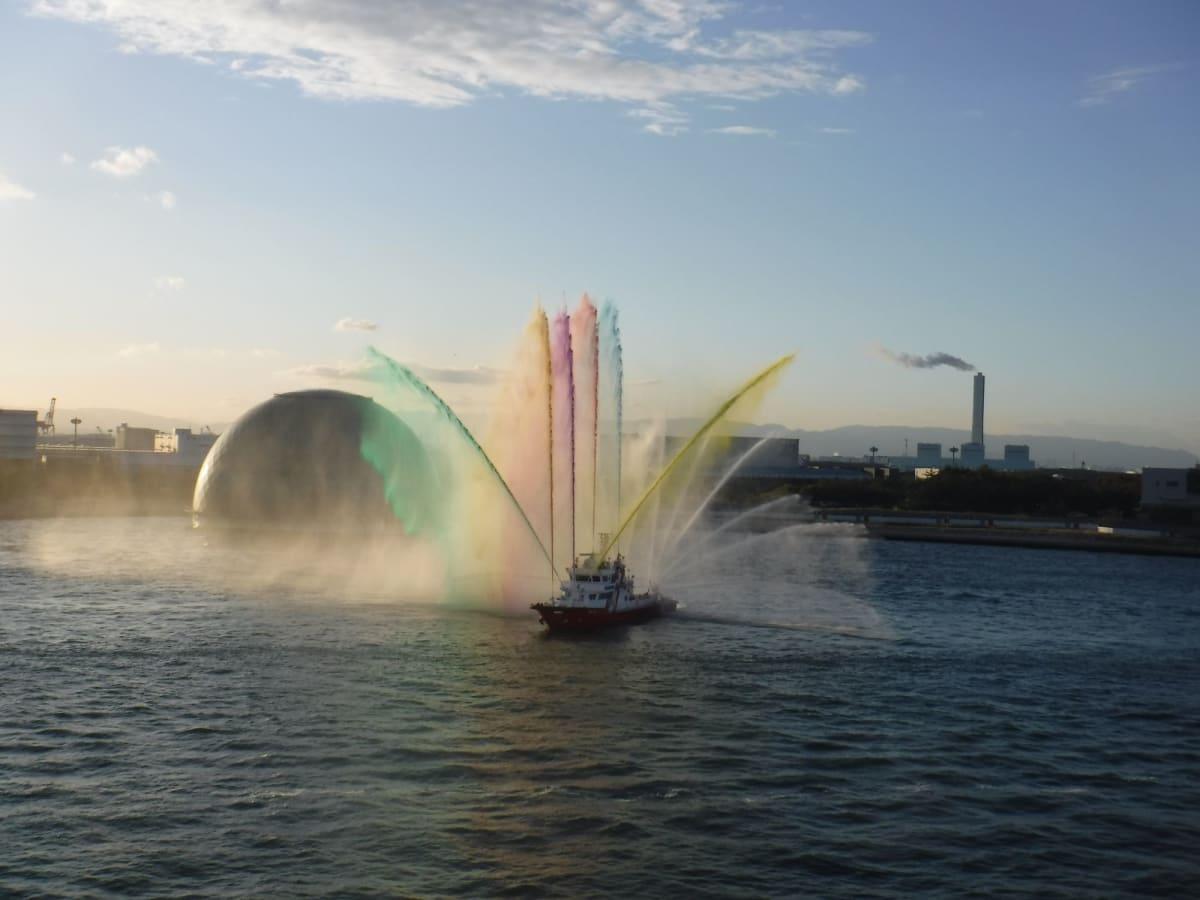 大阪港150周年記念だから?? 部屋でルームサービスの朝食を食べていたら見れました。 レインボー放水、綺麗でした。