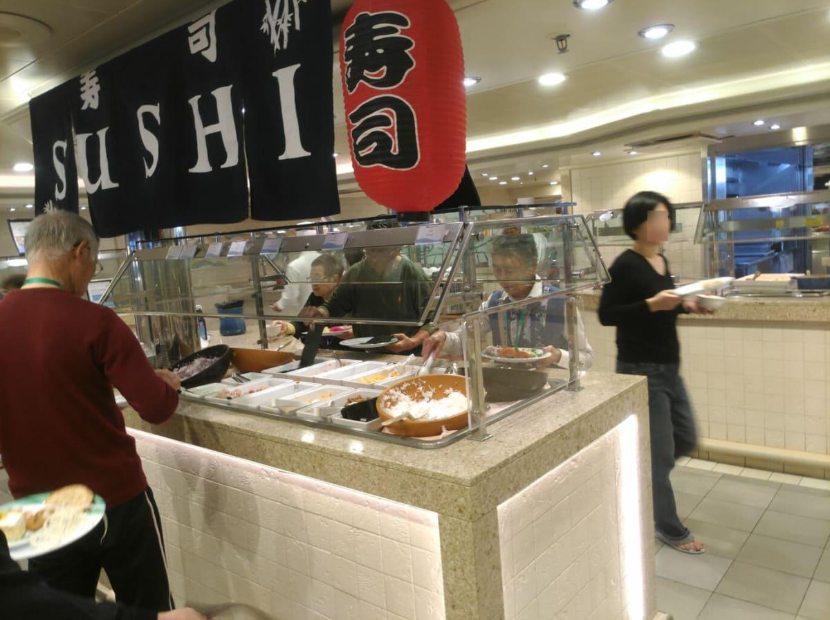 ブッフェの寿司コーナー。自分で手巻き寿司を作るようになってます。 | 客船ダイヤモンド・プリンセスのブッフェ、フード&ドリンク