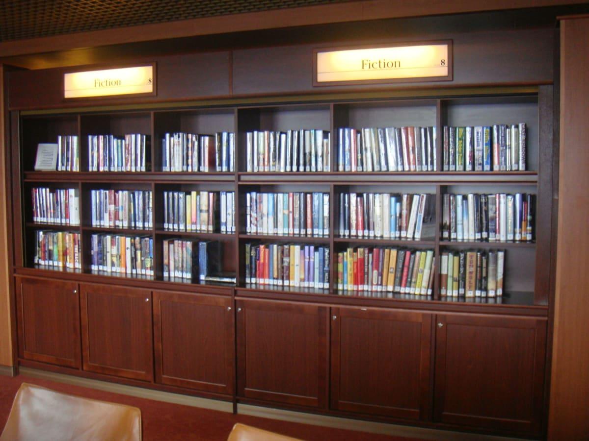 図書室の蔵書は多くはないが、ゲーム卓でジグソーパズルが楽しめる。これにはハマった。 | 客船フォーレンダムのアクティビティ、船内施設