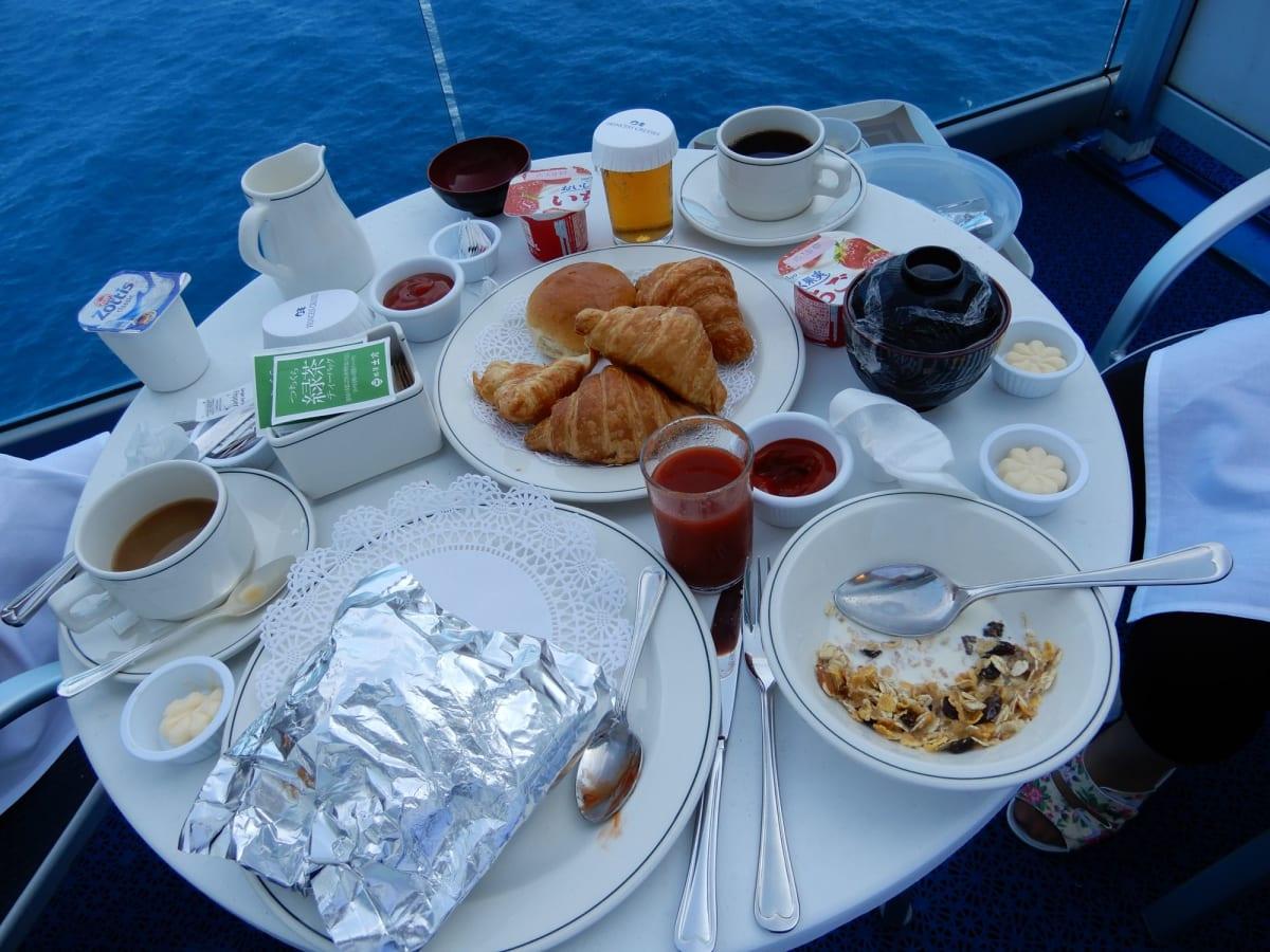 ルームサービスで朝食。 バルコニーで海を見ながらのんびり。 大人3人でも十分なスペースがありました。