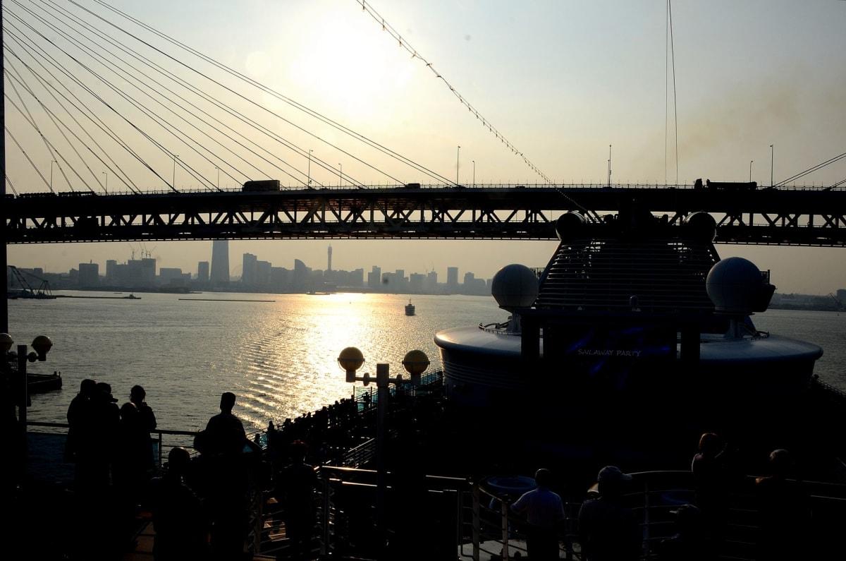 横浜みなとみらいをバックにベイブリッジを通航するダイヤモンド・プリンセス | 横浜での客船ダイヤモンド・プリンセス