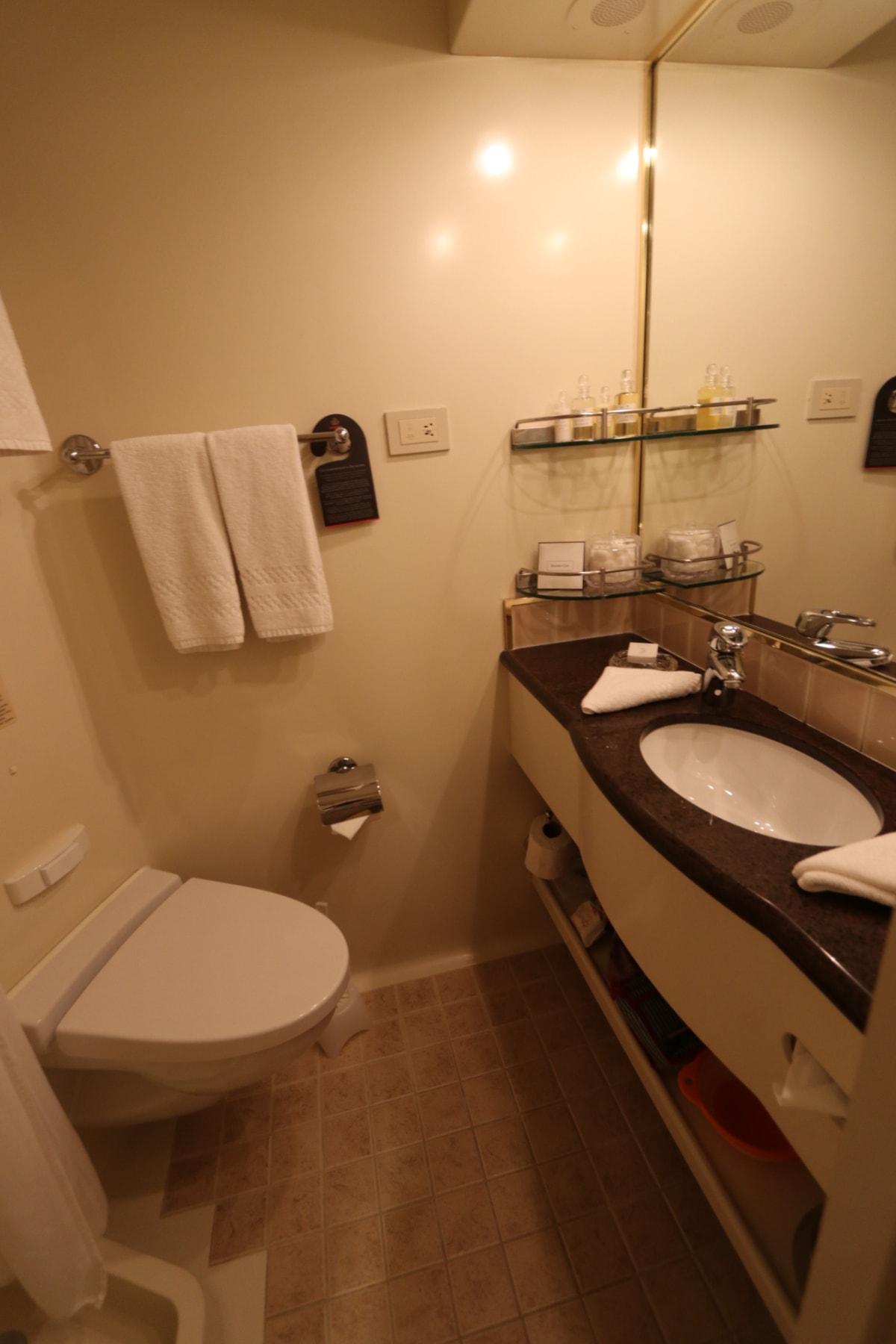 洗面所にもコンセントがあり、国内の100Vが使えます。   客船クイーン・エリザベスの客室