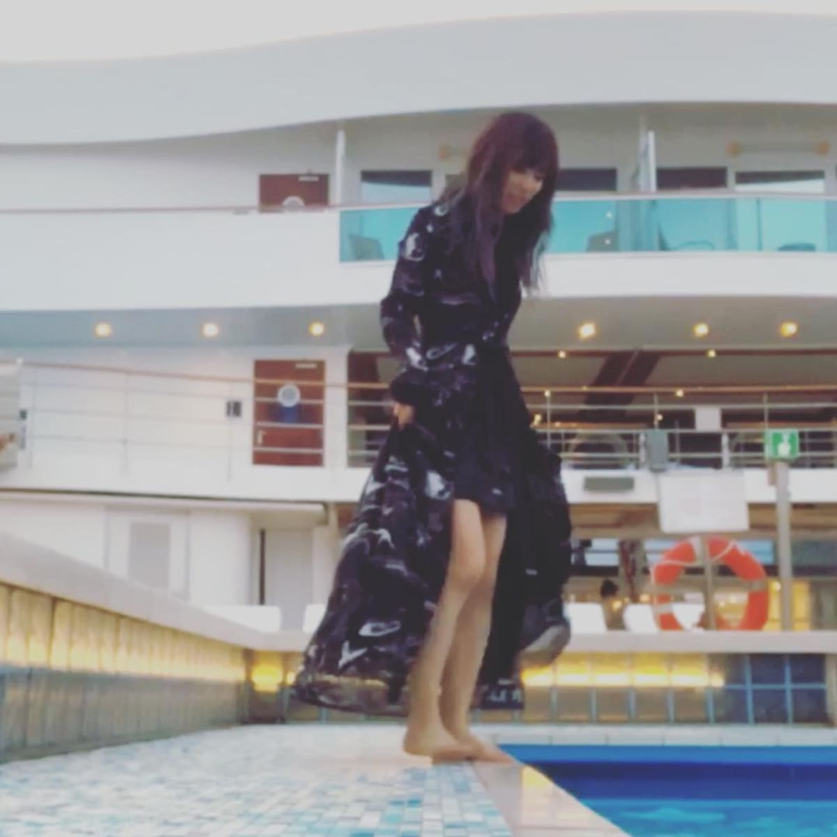 5月のプールはまだまだ寒いです!   客船コスタ・ネオロマンチカの乗客、船内施設