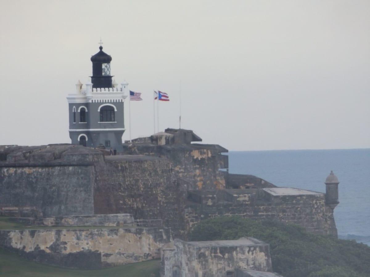 島を守る堅固な要塞が港の入り口二箇所にあります   カリブの海賊ってホントにいたのネ😆