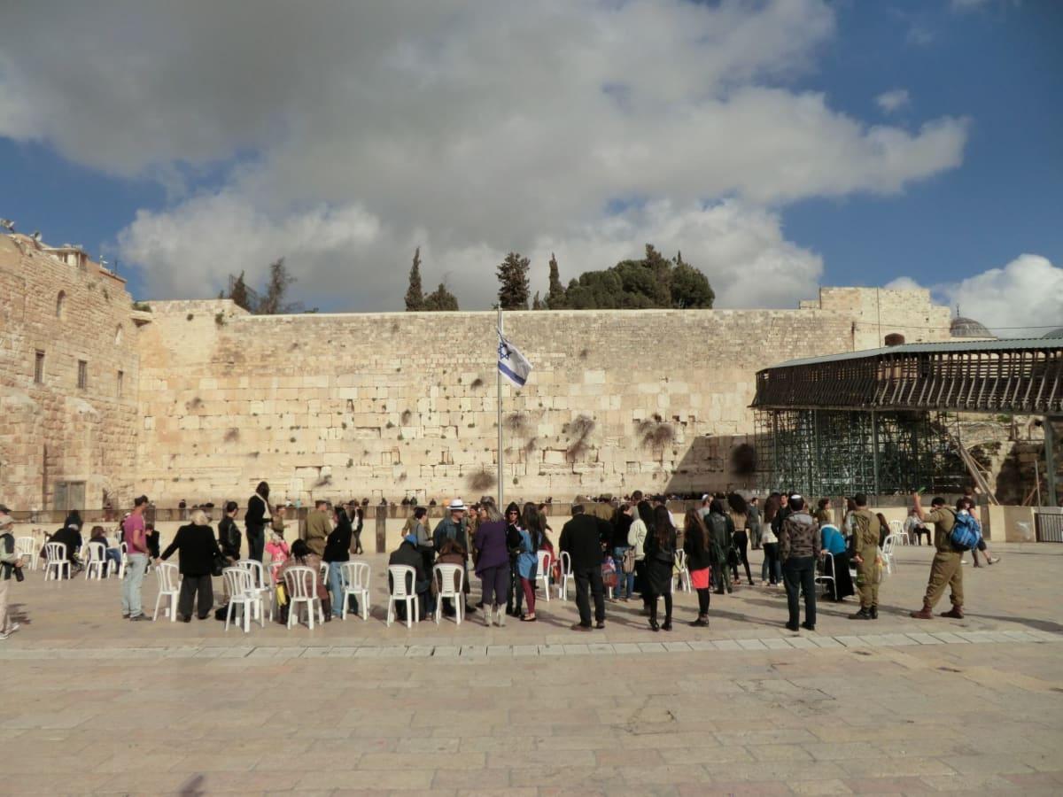 エルサレム城門の中。  糞門より旧市街に入場。まずはユダヤ教の聖地・,嘆きの壁へ。ユダヤ人にとって重要な祈りの場であり、男女に別れて熱心に祈りを捧げる人の姿に圧倒されました。だれでも願い事を書いた紙を壁に入れると願いがかなうとのことです。。    前の広場から見た嘆きの壁遠景 | ハイファ / テルアビブ