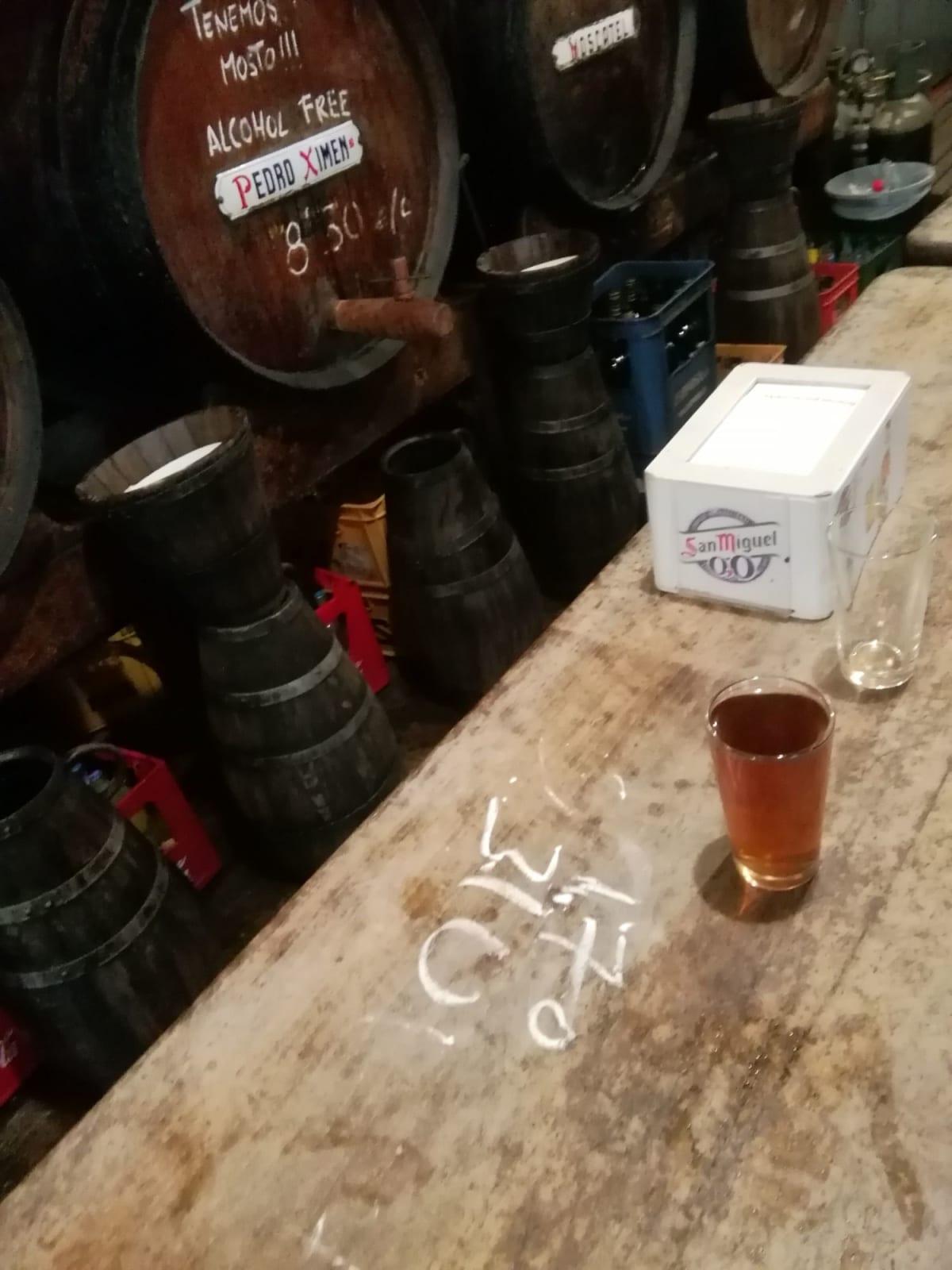 マガラ・マガラ産の甘口ワインを頂くと、カウンターに料金をチョークで記入 | マラガ