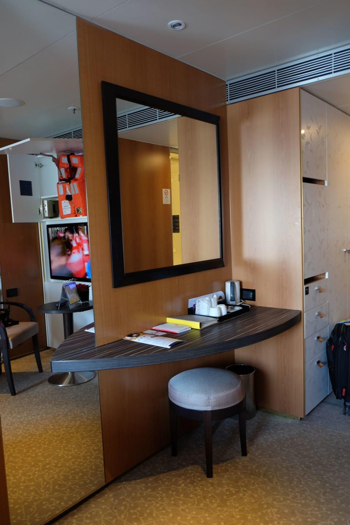キャビンの広々さが伝わるでしょうか。大きな鏡もあって快適です。   客船コスタ・ネオロマンチカの客室
