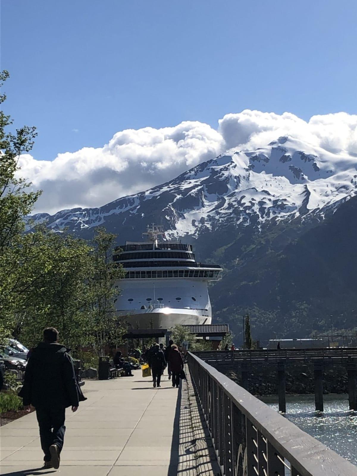 スキャグウエイ。 着いた午前中は曇天、午後は急速に回復、なので山岳鉄道に。 その景色の壮大さは、別添の動画のYoutubeアドレスでご鑑賞ください。 | スカグウェイ(アラスカ州)での客船クイーン・エリザベス