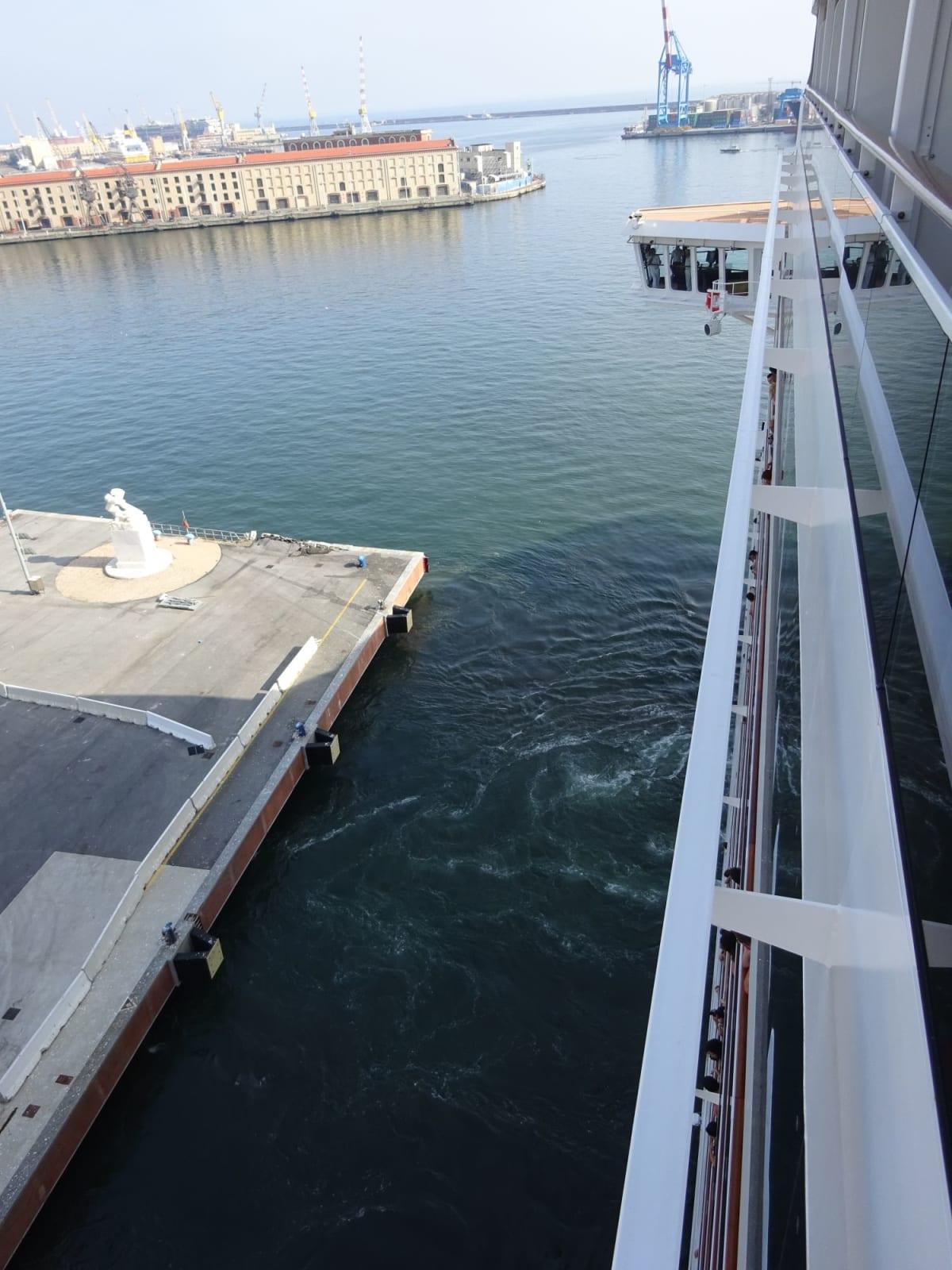 Genoa出航。15階は高いです。   ジェノヴァでの客船MSCプレチオーサ