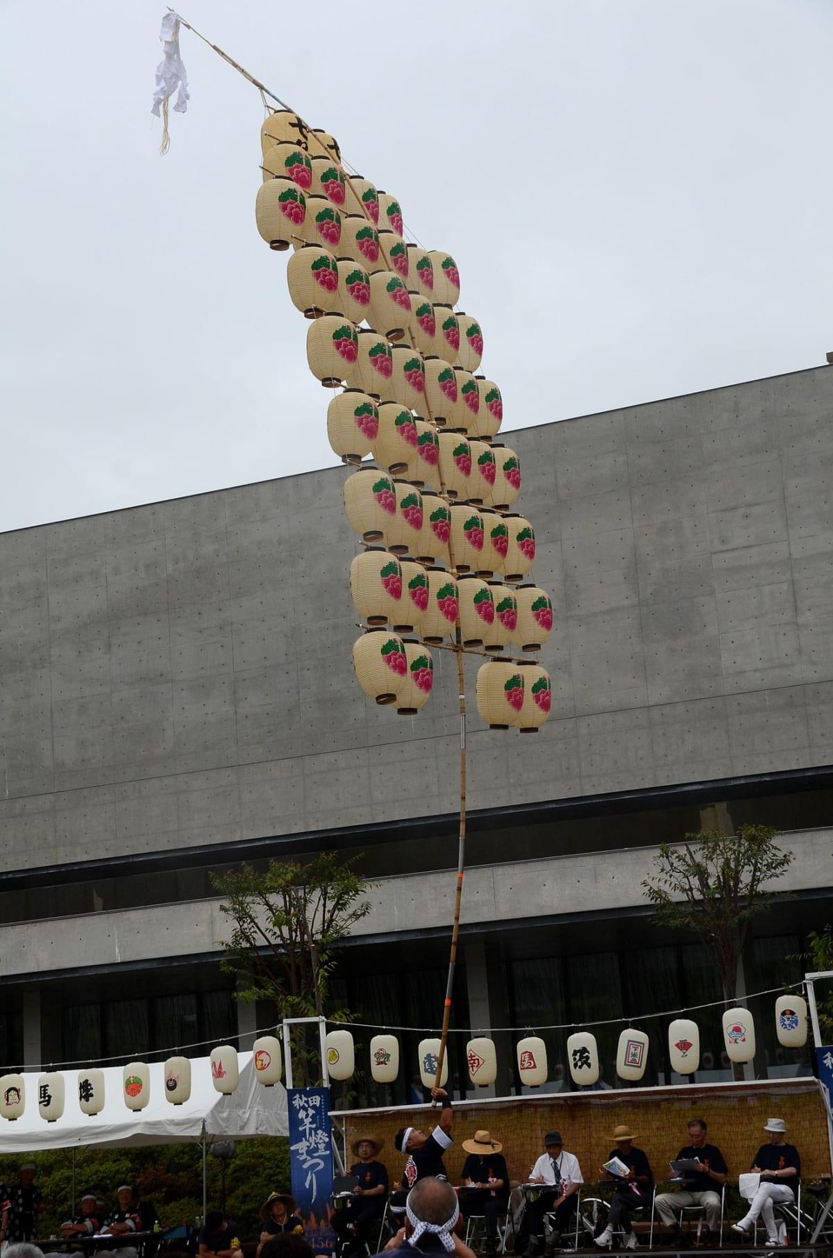 お昼の竿燈競技 | 秋田