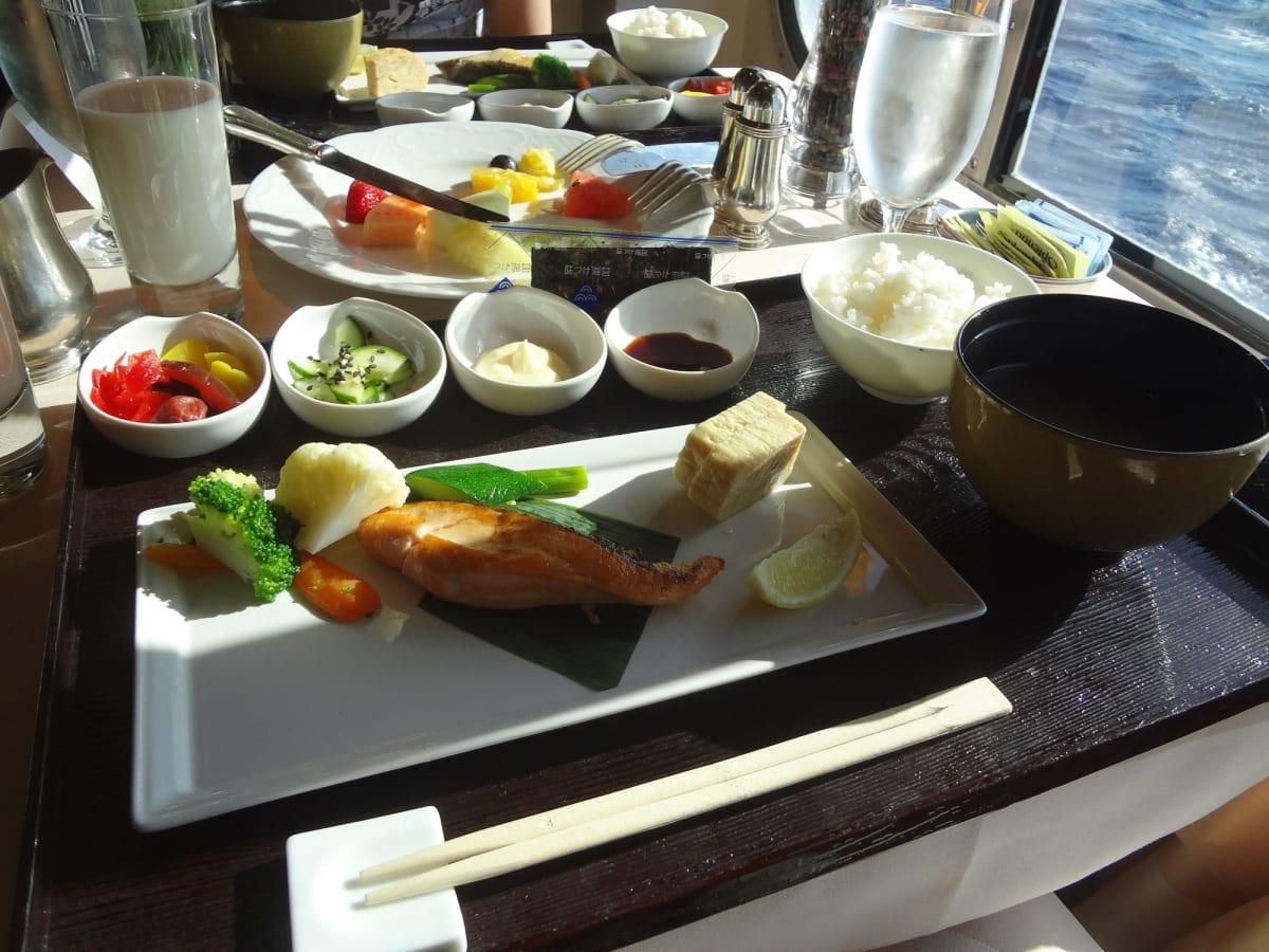 メインダイニング 朝食 | 客船クリスタル・シンフォニーのダイニング、フード&ドリンク