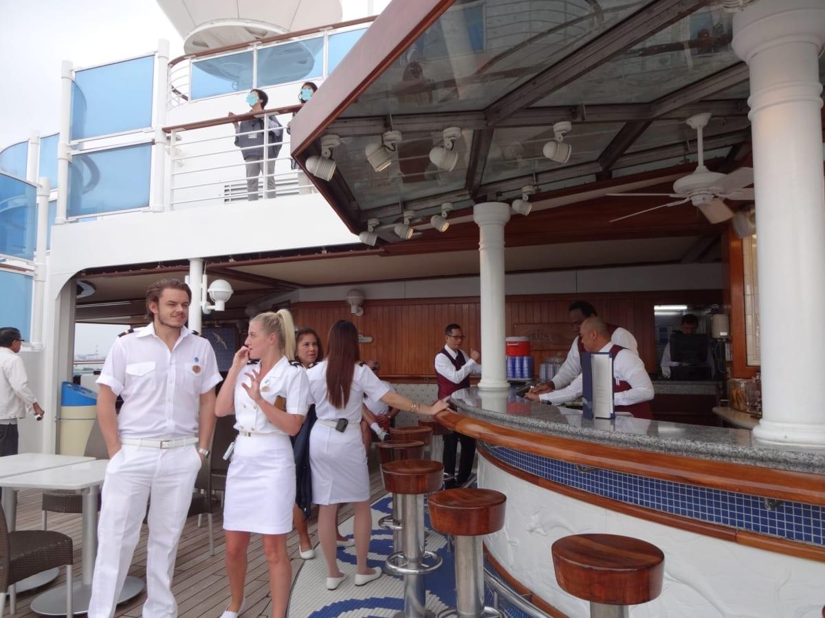 外国人クルーがいるだけで、初心者はわくわくです。 | 客船ダイヤモンド・プリンセスのクルー、船内施設