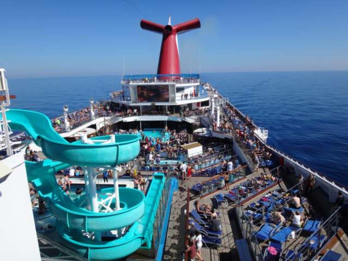 気持ちのいい青空の下、賑やかな、しかしのんびりした時間が過ぎていきます。 | 客船カーニバル・コンクエストの乗客、船内施設
