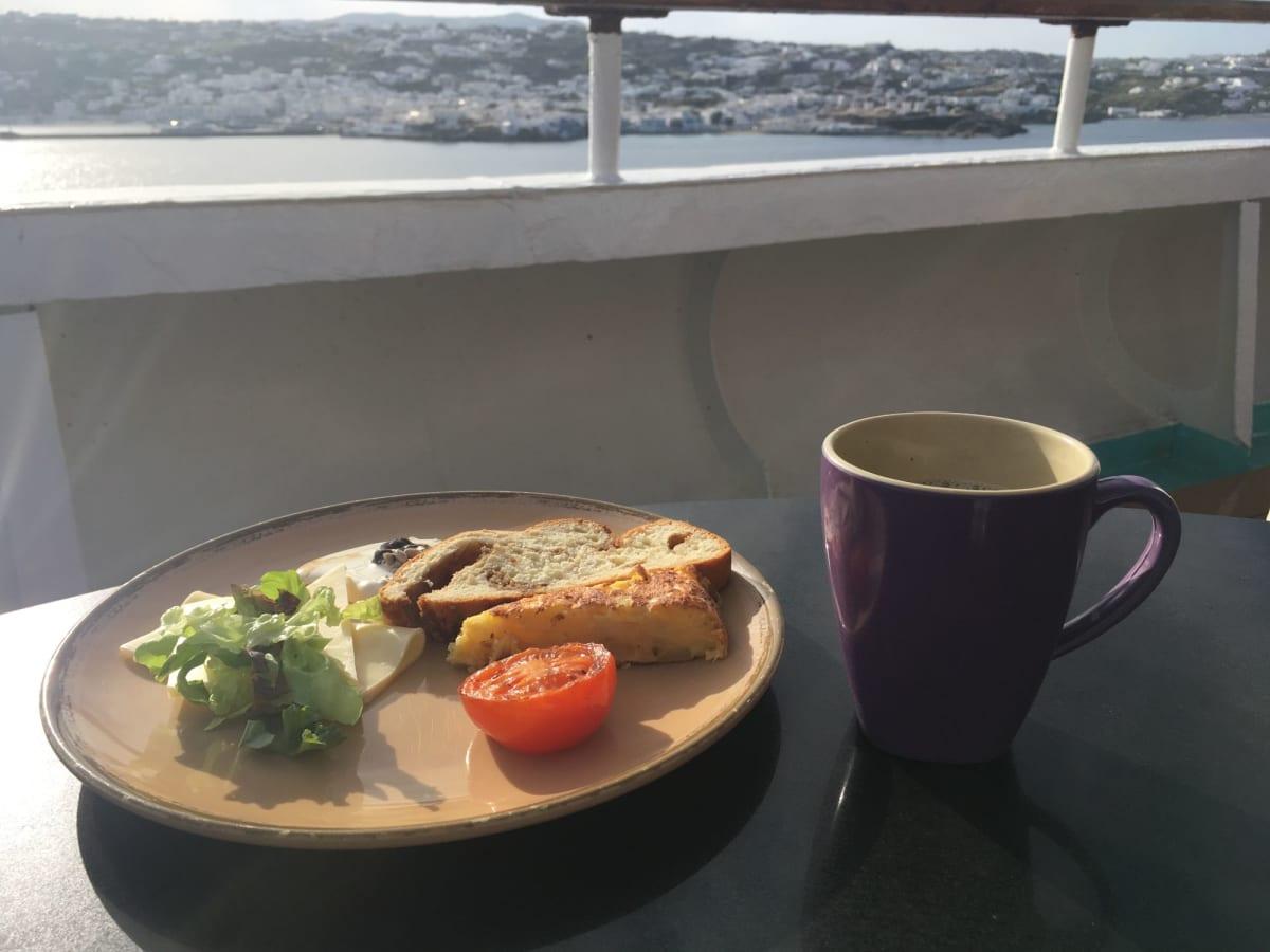 この日の朝食は、フレンチトーストと、スパニッシュオムレツ。 | 客船プルマントゥール・ホライズンのブッフェ、フード&ドリンク