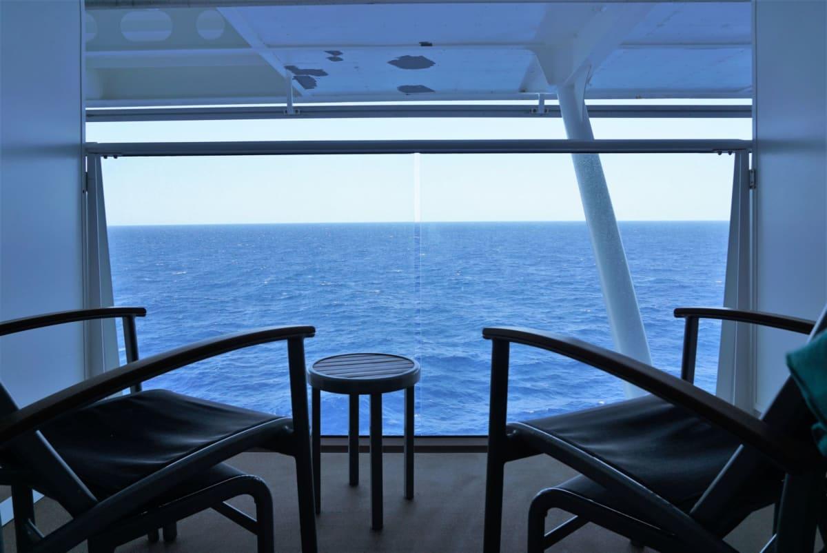 せり出す屋根でバルコニーは日陰 | 客船アンセム・オブ・ザ・シーズの客室