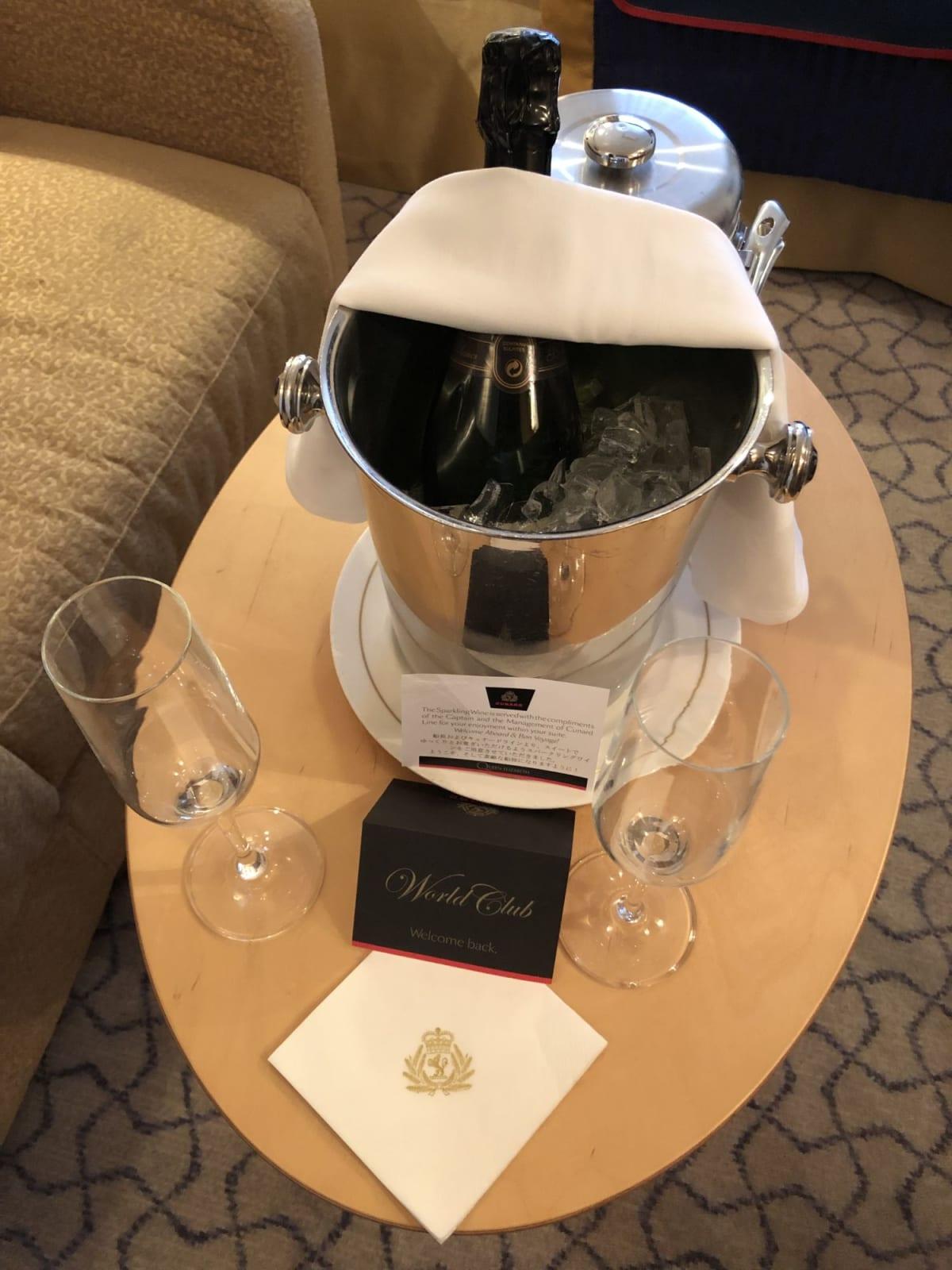 ウェルカム・シャンパンのフルボトル・ギフトは、ディナーに持って行くことができます | 客船クイーン・エリザベスの客室、フード&ドリンク
