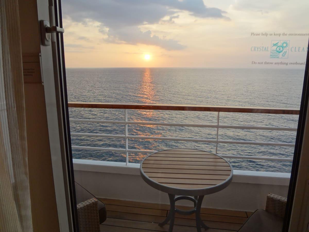 キャビンからの夕陽 | 客船クリスタル・シンフォニーの客室