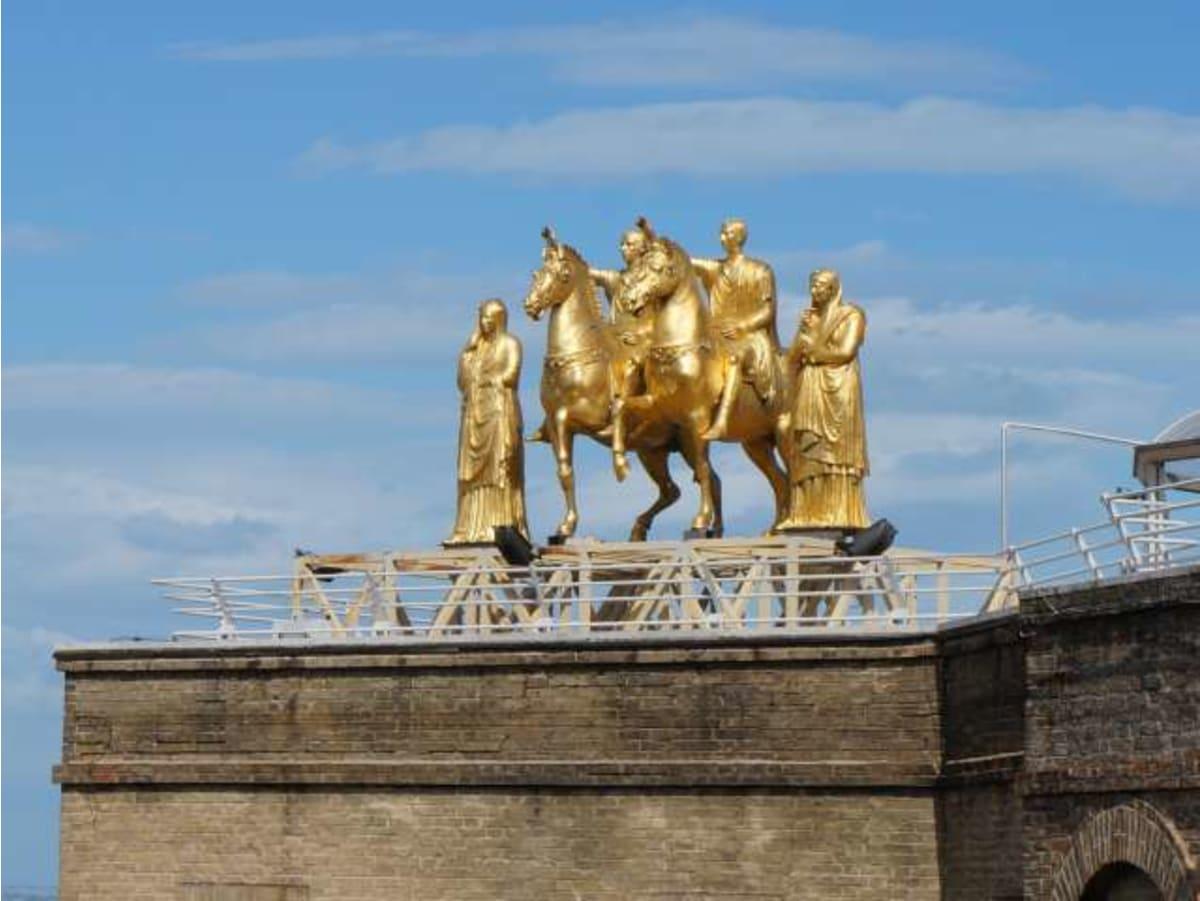 マルケ州立博物館屋上のローマの金メッキ像(レプリカ)です。実物を館内で見ることができました。