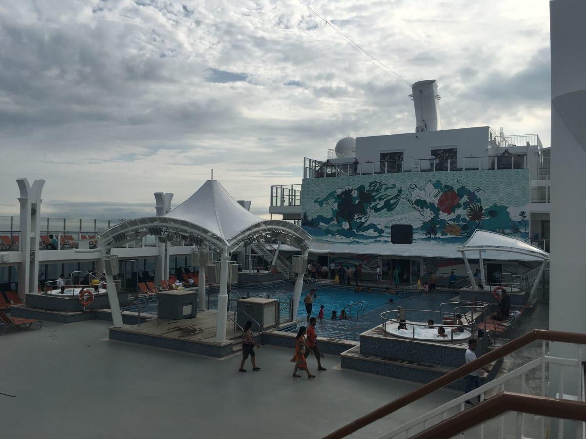 プールサイドのこのテントの周りでエクササイズやイベントが開催されます。 | 客船ゲンティン・ドリームの船内施設